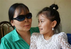Chuyện tình cảm động của nữ giáo viên bị tạt axít mù hai mắt
