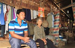 Đào đất thuê để có tiền đóng học phí và nuôi bà ngoại bệnh