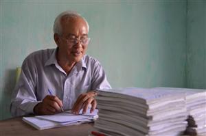 Ông ngoại 70 tuổi ba lần đi thi tốt nghiệp THPT